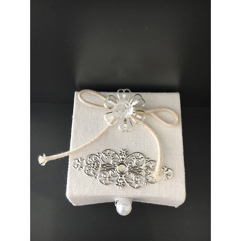 6 boites carrées en tissus avec perle et décoration.