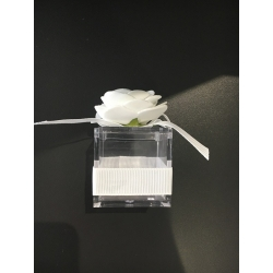boite carrée avec rose blanche