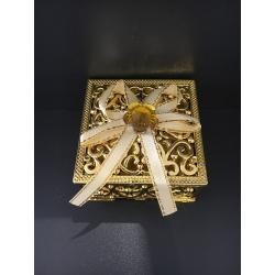 boite carrée dorée avec ruban