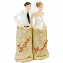 Couple mariés course en sac